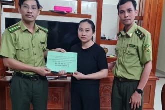 Lãnh đạo Hạt Kiểm lâm VQG Phong Nha - Kẻ Bàng và BCH Công đoàn cơ sở thành viên Hạt Kiểm lâm trao tiền hỗ trợ cho công đoàn viên gặp khó khăn